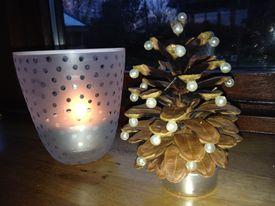 Juletræ lavet af en kogle pyntet med perler