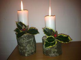 Julelys pyntet med kristtjørn