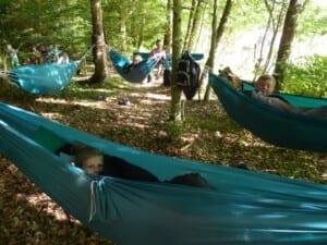 Der overnattes i hængekøjer i skoven