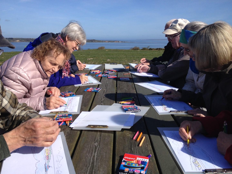 En gruppe mennesker laver malerier på Louns