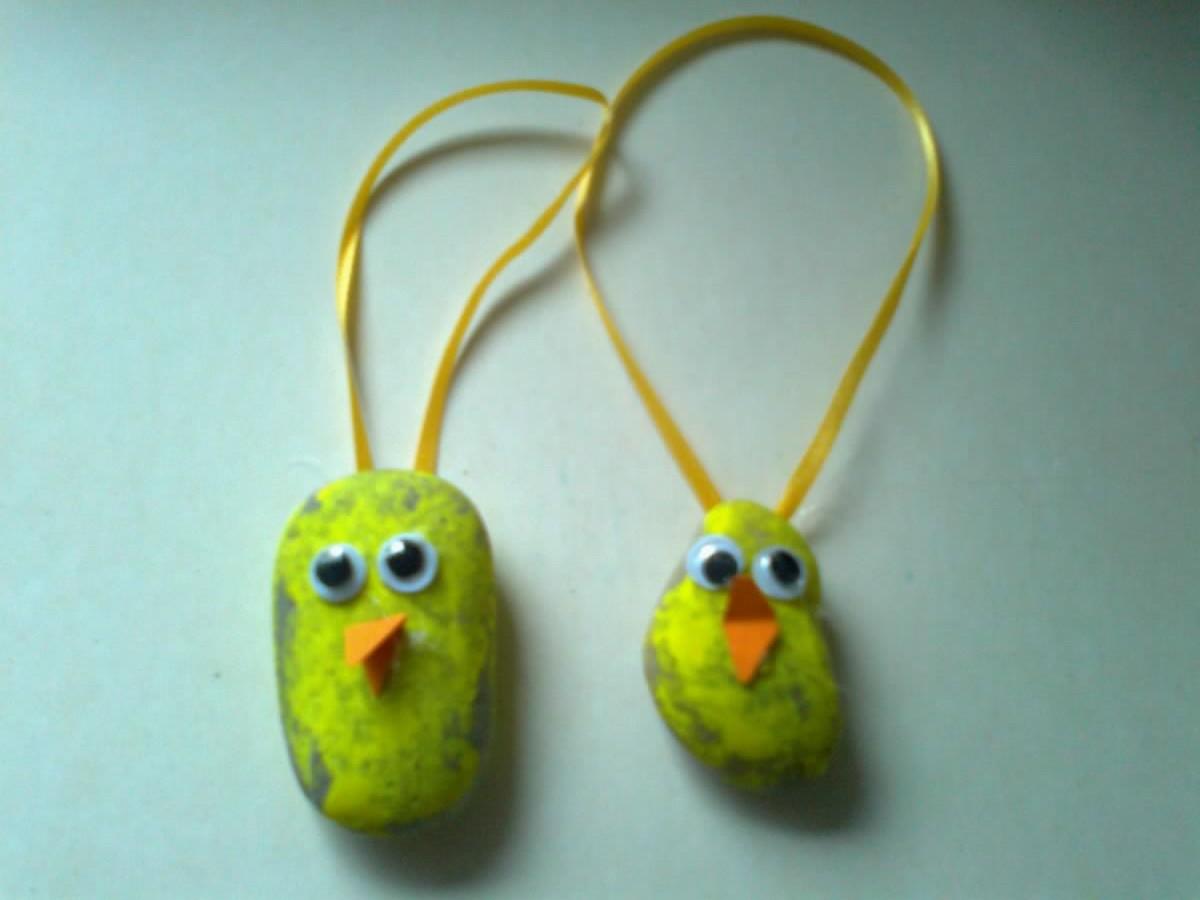 Kyllinger lavet af sten malet gul