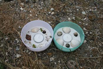 Lys lavet i sand og pyntet med muslinger