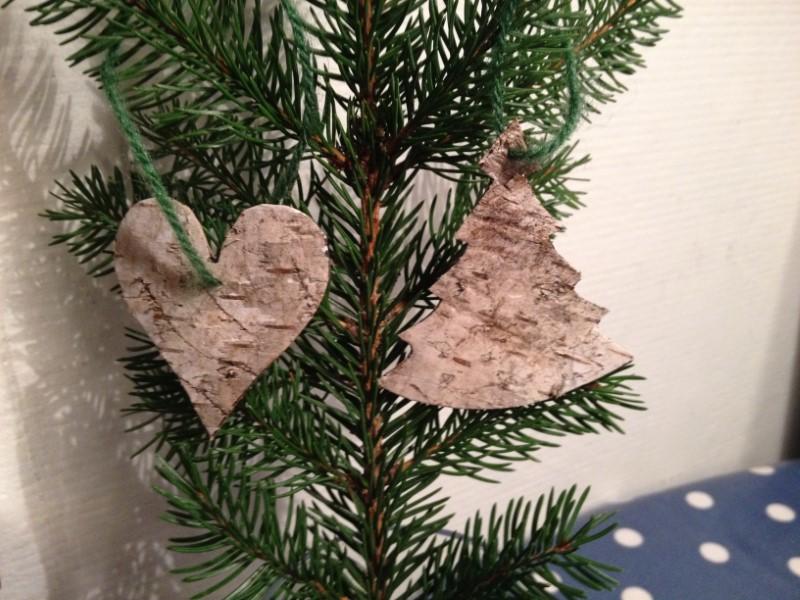 Hjerte og juletræ i bark hængt på gren