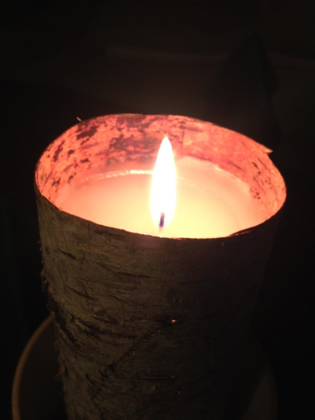 Stearinlys med bark viklet rundt om