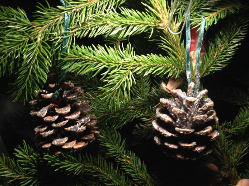 Glimmerkogler hængt på juletræ