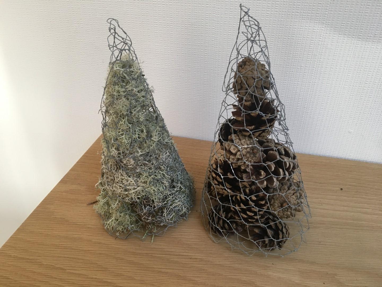 Juletræer lavet af hønsetråd med mos og kogler
