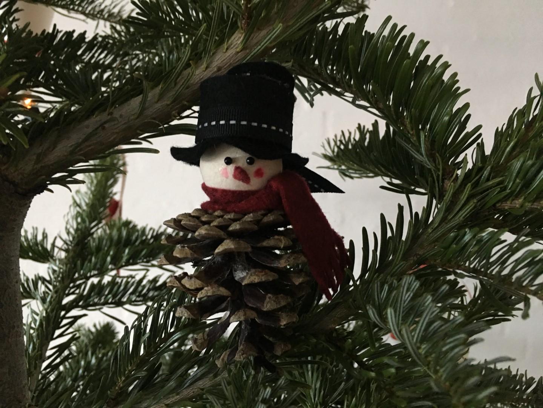 Julesnemand hænger på juletræet