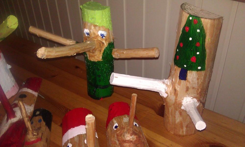 Grene malet til sjove julenisser til at hænge smykker på