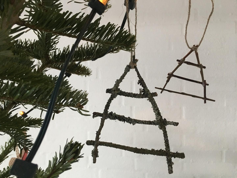 Juletræer lavet af små mospinde