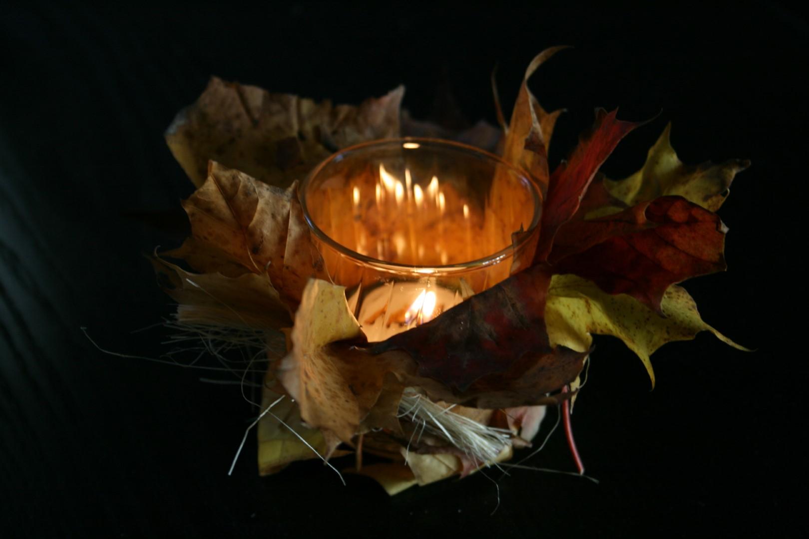 Lys med friske blade viklet rundt om