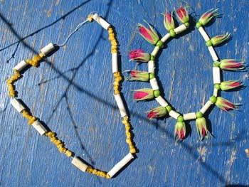 Perlekæder lavet med pileperler og blomster