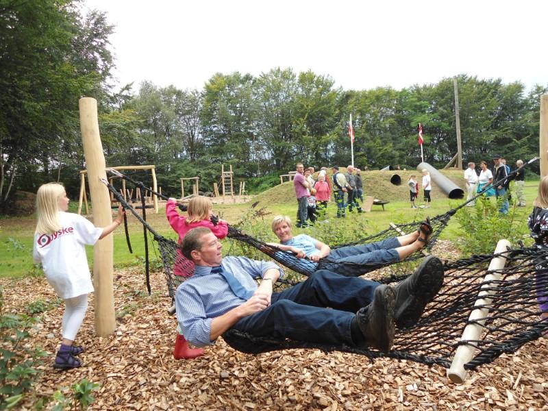 Borgmester Knud Kristensen og Karin Winther ligger i hængekøjer i Fandrup