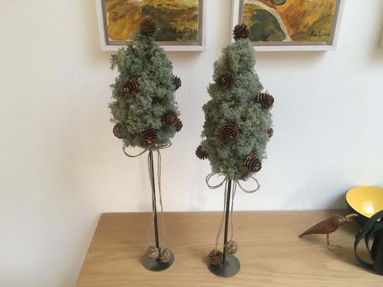 Juletræer lavet af rensdyrlav og kogler