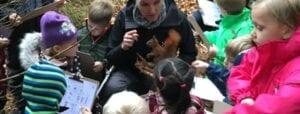Børn kikker på egern sammen med Karin Winther