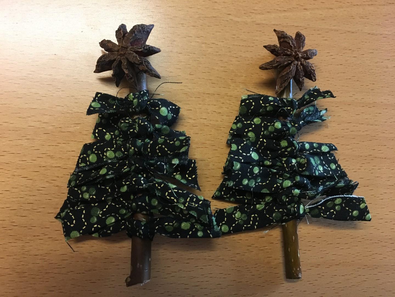 Juletræer lavet på pind med stof