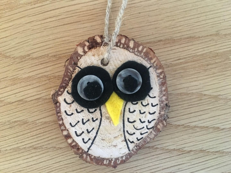 Ugle lavet af lille træskive med filtøjn