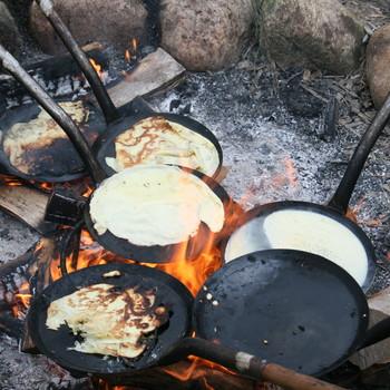 Pandekager bagt over bål