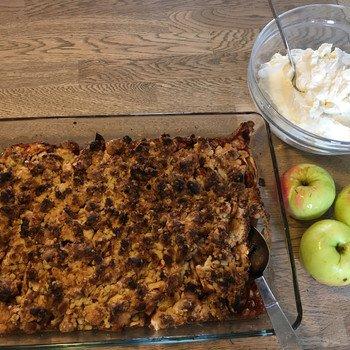 Æblekage i fad og skål med flødeskum