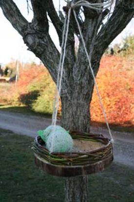 Fuglrebædt lavet af pil som hænger i træ