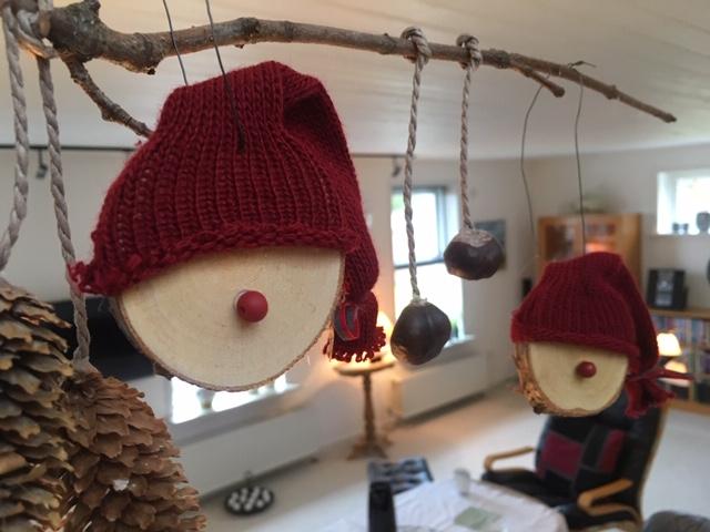 Nisser lavet på træskive og med rød perlenæse