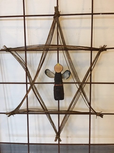 Stjerne engel lavet af drivtømmer og på trådnet
