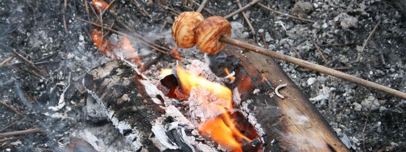 æbleskiver varmes over bål