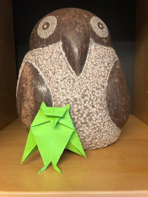 Foldet papirugle og en ugle i sten