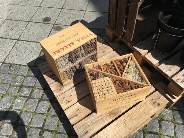 Insekthoteller lavet i vinkasser