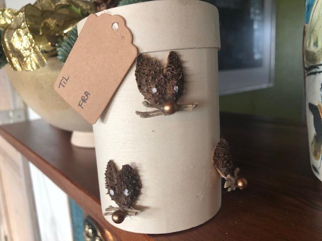 Trææske med mus af kapsler fra bog