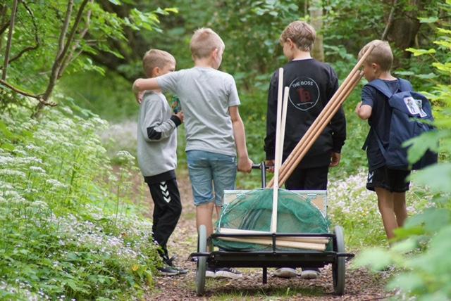 fire drenge med en vogn med fiskegrej