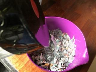 avispapir i små stykker overhældes med kogende vand i en skål